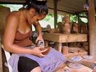 laurena, fille de serge sculpteur sur bois de magnifiques tiki