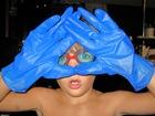 Un fou à gants bleus