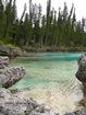 entre deux promontoires rocheux couvert de pins colonnaires se déploie la piscine