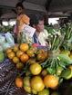 tous les fruits et les légumes sont soigneusement tressés, présentés, ici des clémentines